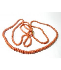 """""""CORALIA"""" Long sautoir en perles de corail début Xxème, fermoir mousqueton en or 750"""
